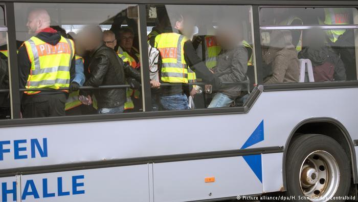 Abschiebung abgelehnter Asylbewerber (Picture alliance/dpa/H. Schmidt/dpa-Zentralbild)