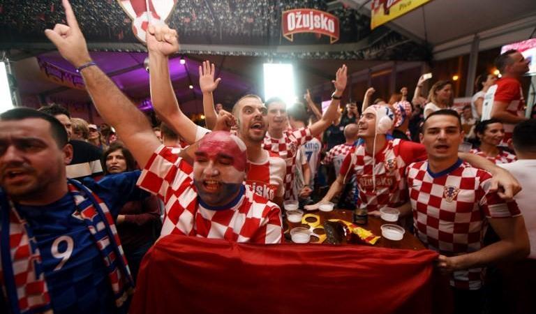كرواتيون يحتفلون في زغرب بالفوز على إنكلترا (أ ف ب)
