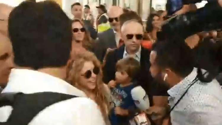 بالفيديو .. شاكيرا تصل بيروت برفقة والديها