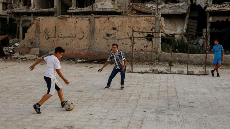 أطفال يلعبون كرة القدم في دمشق، سوريا 18 سبتمبر/ أيلول 2018