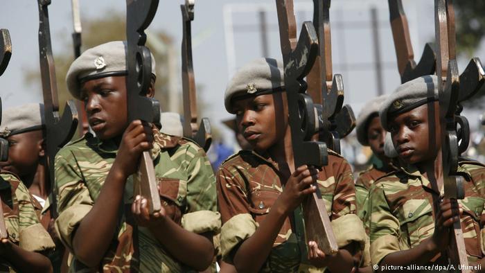 Simbabwe Kindersoldaten (picture-alliance/dpa/A. Ufumeli)