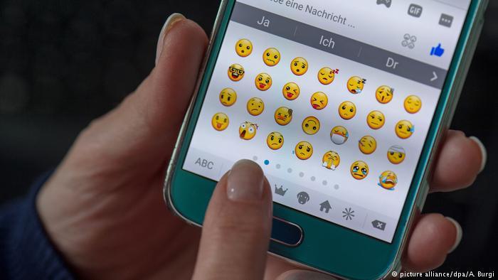 Symbolbilod Emojis (picture alliance/dpa/A. Burgi)