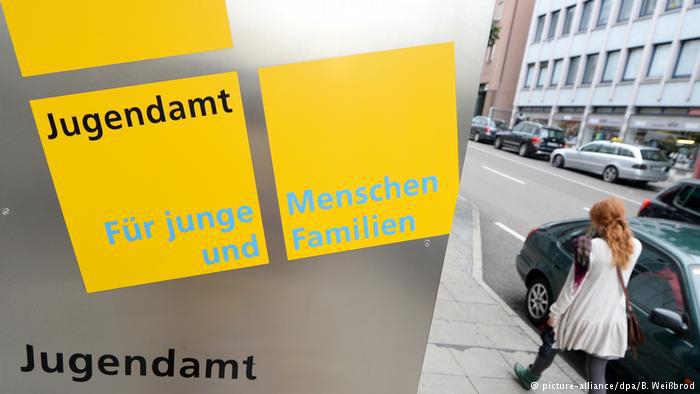 Jugendamt Schild Schriftzug (picture-alliance/dpa/B. Weißbrod)