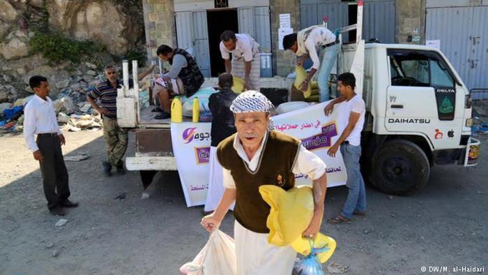 Hilfe für Flüchtlinge in Sanaa Krieg in Taiz Menschen aus dem Jemen erhalten Hilfslieferung (DW/M. al-Haidari)
