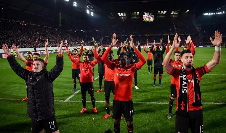 لاعبو رين يحتفلون بالفوز على أرسنال (أ ف ب)