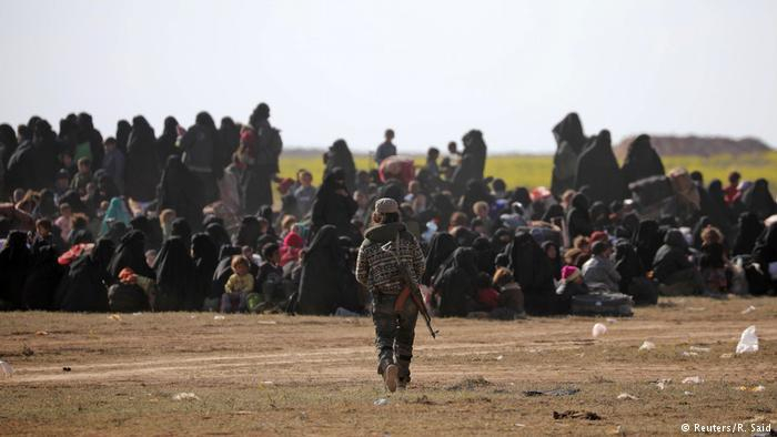 Syrien Baghouz Zivilisten fliehen aus letzter IS-Bastion (Reuters/R. Said)