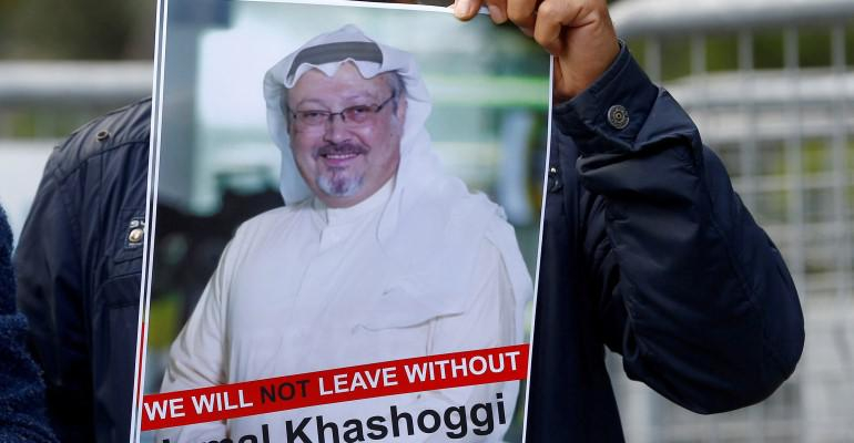 متظاهر يحمل صورة الصحافي المقتول جمال خاشقجي أمام القنصلية السعودية في اسطنبول يوم 25 أكتوبر تشرين الأول 2018 - رويترز