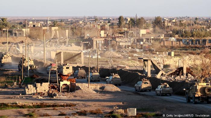 Syrien Deir ez-Zor Kolonne SDF & US Truppen (Getty Images/AFP/D. Souleiman)