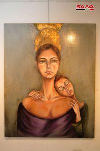 المرأة والطفل بهالات نورانية في معرض التشكيلية رانيا كرباج