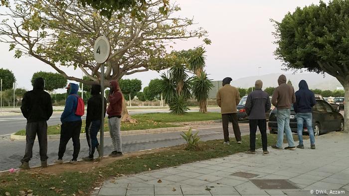 Migranten warten auf Arbeit in Elijido, Südspanien (DW/I. Azzam )