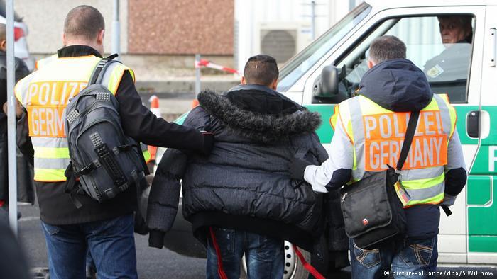 Abschiebungen abgelehnter Asylbewerber Polizei (picture-alliance/dpa/S.Willnow)