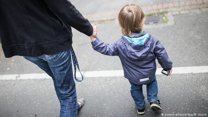 Deutschland Armut Kinder Familie Alleinerziehende (picture-alliance/dpa/M. Kusch)