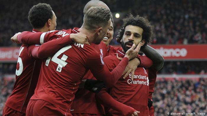 Liverpool's Mohamed Salah bejubelt seinen Treffer gegen den FC Chelsea (picture-alliance/R. Vieira)