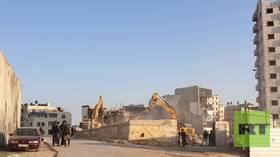 بالفيديو.. عمليات هدم إسرائيلية واسعة عند مخيم قلنديا في القدس
