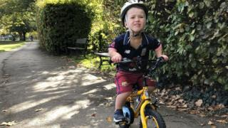 سام على دراجته