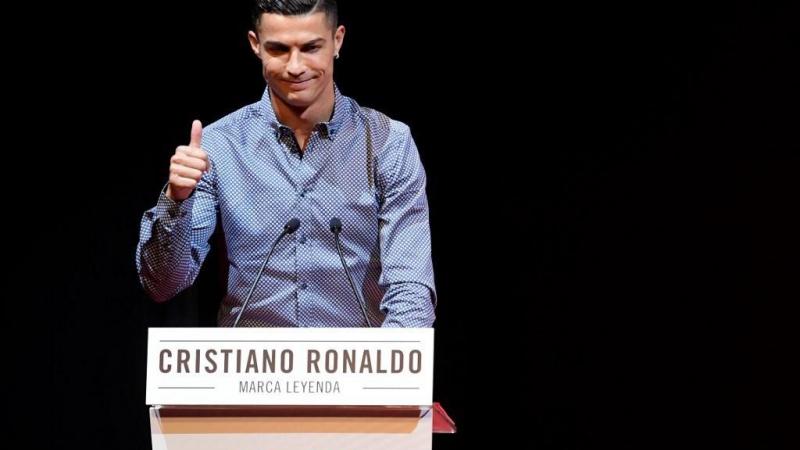 """تسلّم رونالدو جائزة """"أساطير ماركا"""" في مدريد من الصحيفة الإسبانية (أ ف ب)"""