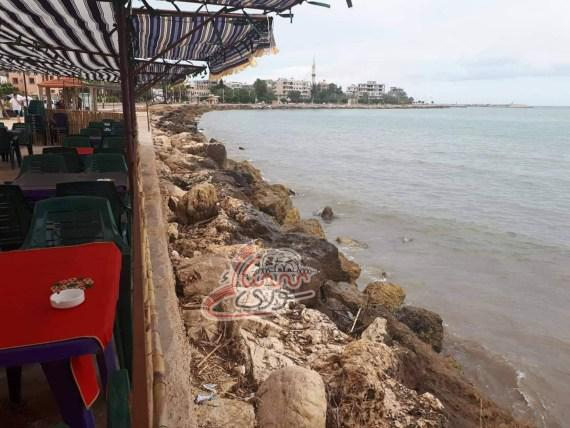 عامل المقهى يطلب من الزبائن الاهتمام بالنظافة ثم يرمي البقايا في البحر!