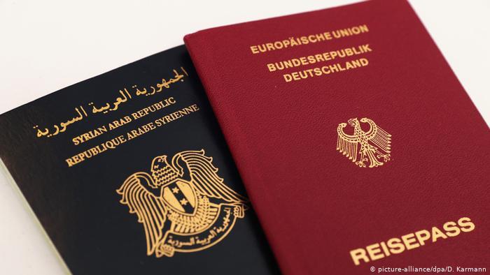 Symbolbild Doppelpass / doppelte Staatsbürgerschaft (picture-alliance/dpa/D. Karmann)