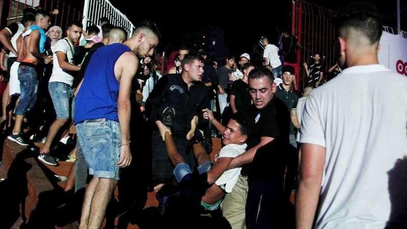 خلال اسعاف أحد المصابين في حفل مغني الراب سولكينغ في الجزائر / أسوشيتد برس