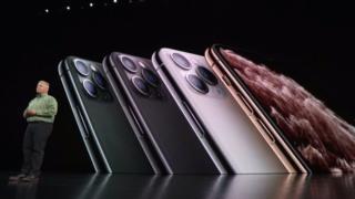 """عمر البطارية في الهاتفين من طراز """"أيفون برو"""" أطول بنحو أربع إلى خمس ساعات من نظيرتها في هواتف أيفون إكس إس السابقة."""