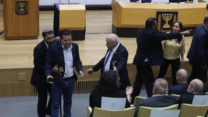 رئيس الجلسة يطرد عودة من القاعة وسط صيحات نواب الليكود ووصفه بالارهابي