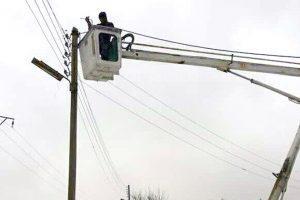 جهود متواصلة يبذلها عمال كهرباء السويداء في أصعب الظروف الجوية