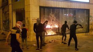 مقتل لبناني مع دخول الاحتجاجات دائرة العنف