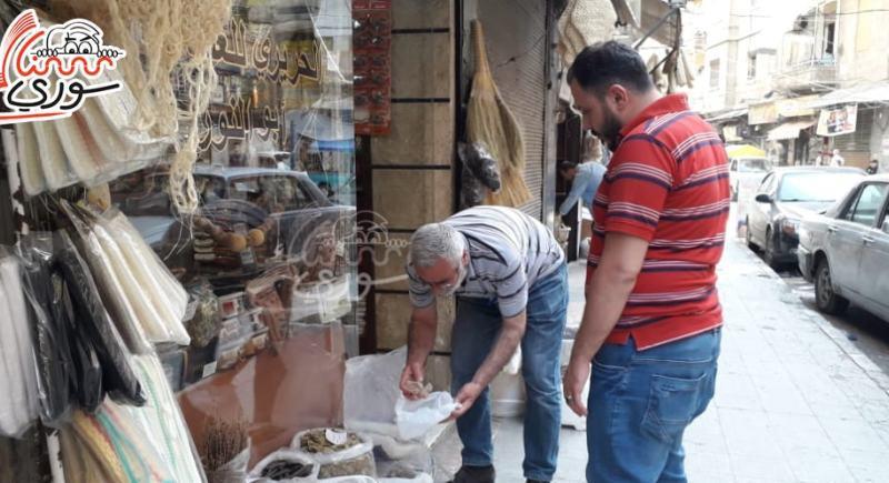 سوريا: مواطنون يستحمون بالبيلون بعد ارتفاع أسعار الشامبو!