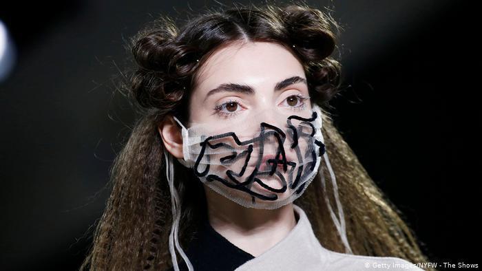 الكمامة أضحت على منصات الموضة العالمية (أسبوع نيويورك للموضة، فبراير 2020)