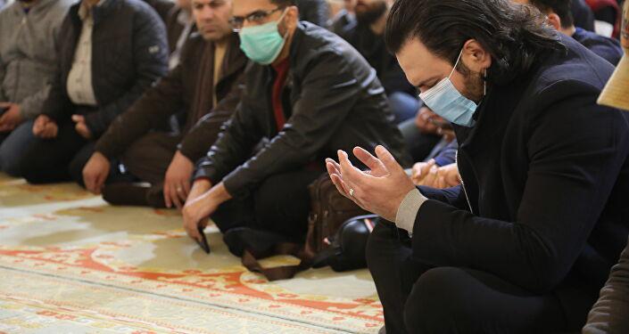 من داخل المسجد حيث تمت إقامة صلاة الميت على روح الراحل حاتم علي