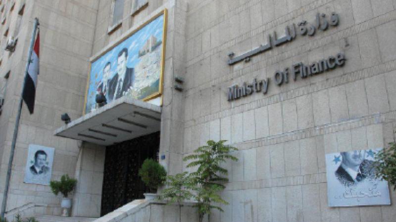 وزارة المالية تلقي بالحجز الاحتياطي على أموال أفراد وشركات لاستيرادهم وتهريبهم بضاعة ممنوعة .