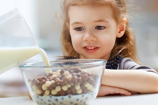 تعرف على أهم الأغذية لنمو دماغ الطفل