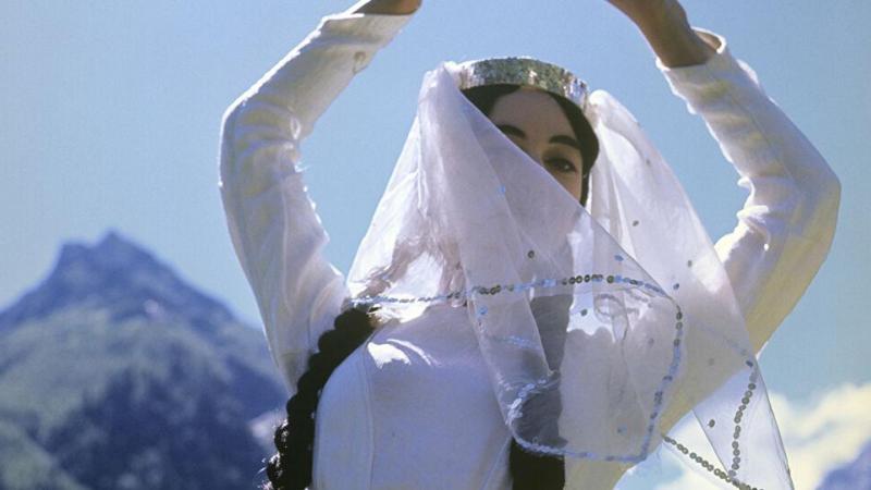 راقصة جورجية للرقص الفلكلوري الشعبي
