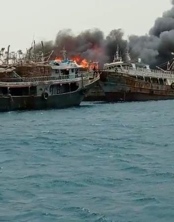 حريق ضخم يلتهم مراكب مصرية في البحر الأحمر (صور)