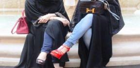 سعوديات يرتدين العباية المقلوبة . ويحتجن على لبس العباءة