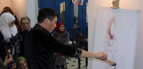 فنان صيني يقيم ورشة عمل لطلاب مركز أدهم اسماعيل للفنون التشكيلية