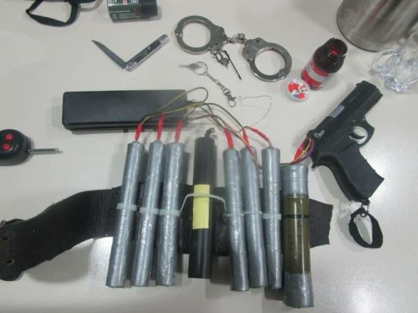 إيران تنجو من عملية انتحارية كبيرة.. أسلحة وحزام ناسف ومواد حارقة (صور)